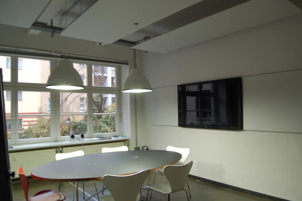 Drei Akustiksegel an der Decke und zwei Absorber links und rechts vom Fernseher schlucken den Hall.